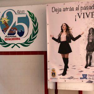 El Ayuntamiento de Chipiona instala pancartas en la plaza de Andalucía para concienciar en el Día contra la homofobia y la transfobia
