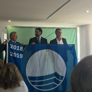 El delegado de Playas recibe las Banderas Azules que ondearán en el litoral de Chipiona