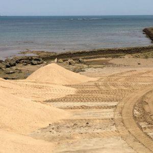 Demarcación de Costas comienza con la adecuación de la arena en la playa de La Cruz del Mar