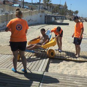 Comienzan los baños a personas con discapacidad o movilidad reducida en la playas de Chipiona