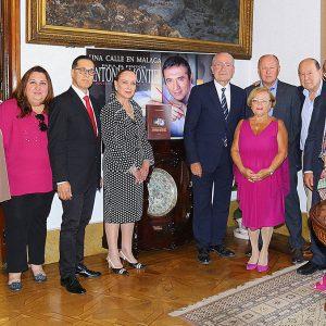 """La plataforma """"Una calle en Málaga para Antonio Montiel"""" se reúne con el alcalde de la ciudad para entregar el Libro de Firmas."""
