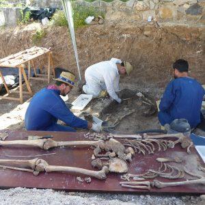 El equipo científico que exhuma las fosas de Benamahoma ya ha recuperado los restos de 23 personas