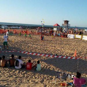 Mas de cien jugadores de todas las edades ha tomado parte en el primero de los dos torneos del Circuito de fútbol playa 3X3