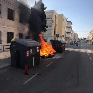 Isabel Jurado felicita a la Guardia Civil de Chipiona por la detención de una persona cuando incendiaba un contenedor de basura