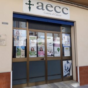 La Asociación española contra el cáncer instala un mercadillo navideño solidario en su sede para recaudar fondos para investigación