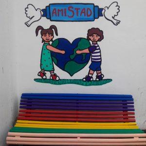 Los colegios de Chipiona estrenan bancos de la amistad en el Día de la paz y la no violencia