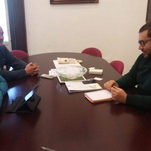 Rafael Pastorino anuncia el compromiso de la Diputación de apoyar la financiación de la sustitución del césped artificial del campo de fútbol
