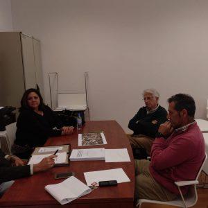 Alicia Valdés recaba la ayuda del experto ingeniero José García Serrano para buscar nuevas soluciones al problema del acuífero
