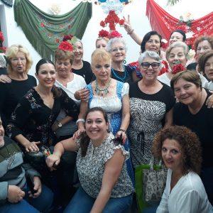 Los usuarios del centro de mayores de Chipiona celebran la fiesta de la cruz de mayo con concurso de bailes por sevillanas y una convivencia