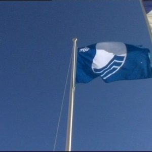 Cinco Banderas Azules ondearán este año en cuatro playas chipioneras y el puerto deportivo de la localidad