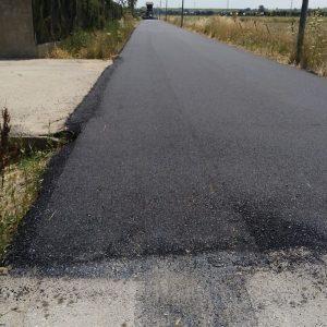 El Ayuntamiento de Chipiona reasfalta un tramo de 700 metros lineales del camino del Alcornocal