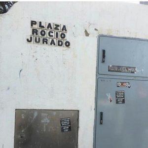 Dos años después de denunciarlo RJ La Más Grande, el Ayuntamiento de Cádiz sigue sin adecentar el rótulo de la plaza de Rocío Jurado