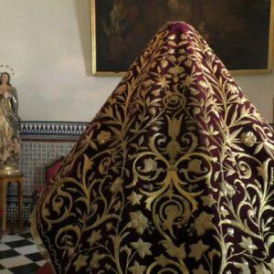 La Virgen de Regla lucirá el 9 de septiembre en el besamanos su manto rojo restaurado y exhibido ahora frente a la tienda de recuerdos
