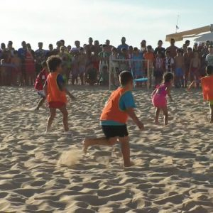 Más de 120 jugadores compiten hasta hoy jueves en la playa de Regla en el Tour Fútbol Playa 3X3
