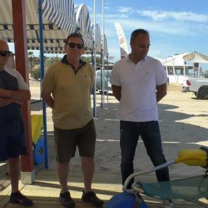 Nuevos equipamientos mejoran la accesibilidad y la atención a las personas con movilidad reducida en las playas de Chipiona