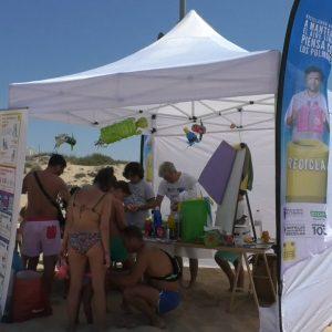 Los talleres medioambientales promovidos por Ayuntamiento y Ecoembes en las playas de Chipiona fueron retomados ayer