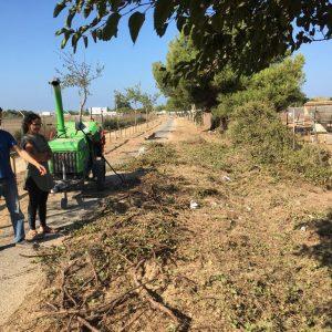 Tano Guzmán y Laura Román supervisan los trabajos de desbroce y adecentamiento de la la Vía Verde