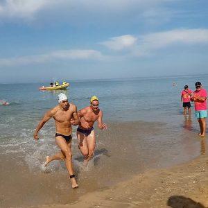 Raúl Reyes se impone en un apretadísimo final en la prueba absoluta de la Travesía a nado Picoco-Playa de Regla