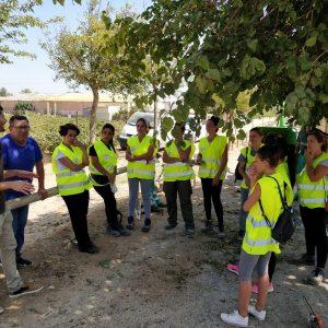 Sebastián Guzmán expone a las trabajadoras el plan de empleo las actuaciones de Medio Ambiente en la Vía Verde, el pinar y el cordón dunar