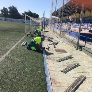La delegación de Deportes lleva a cabo la instalación de nuevas rejillas en los canales laterales del campo municipal de fútbol