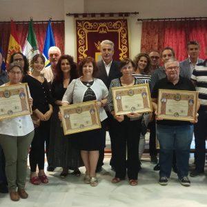 Diez docentes jubilados durante el curso académico 2018/2019 recibieron ayer un homenaje en Chipiona