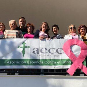 Una pancarta y un lazo rosa en el Centro de Salud Tolosa Latour recuerdan desde hoy que el sábado es el Día contra el cáncer de mama