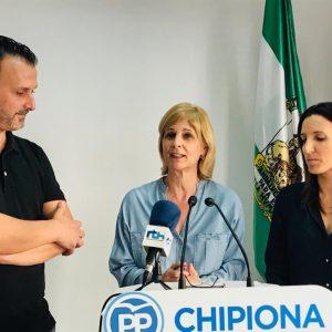 María José García Pelayo presenta en Chipiona a Pablo Casado como garante de la estabilidad que España necesita