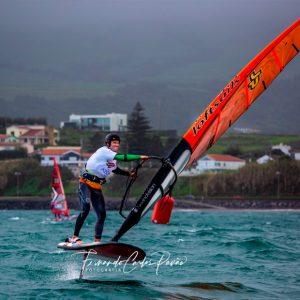 El regatista del CAND Chipiona Fernando Martínez del Cerro marcha primero de su categoría en el Azores Windsurf-Foil Open Challenge