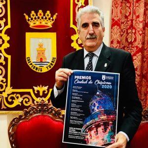 Luis Mario Aparcero presenta el cartel anunciador de los premios 'Ciudad de Chipiona 2020' tras su aprobación en pleno
