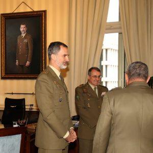 Felipe VI admira en vivo el retrato del  pintor Antonio Montiel