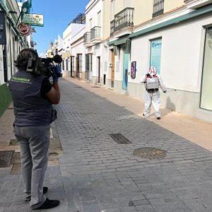 Una empresa especializada contratada por Diputación ha iniciado hoy la desinfección en edificios y espacios de Chipiona