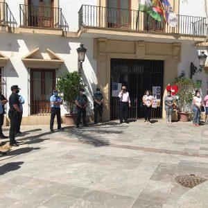 Chipiona se suma al luto oficial por la pandemia del Covid-19 con banderas a media asta y un minuto de silencio