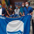 Miguel Rodríguez Rodríguez hace entrega de las Banderas Azules al alcalde de Chipiona