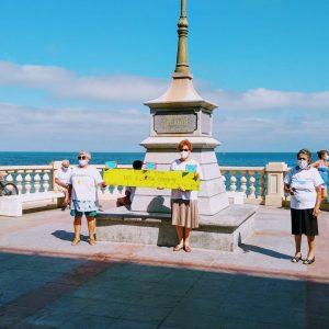 Los usuarios del Centro Vita salen a la calle para dar ejemplo de cómo caminar manteniendo la distancia social