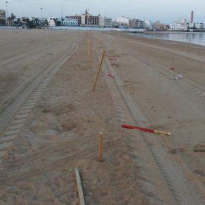 Lucas Díaz lanza un llamamiento al civismo tras los actos vandálicos que han destrozado innumerables marcadores visuales de las playas