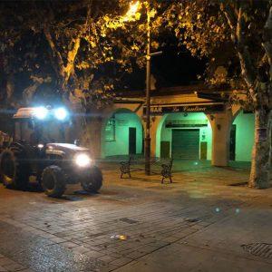 Tractores fumigan calles de Chipiona