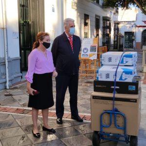 La Diputada de Innovación entrega al Ayuntamiento de Chipiona cuatro equipos informáticos, dos de ellos para el Museo Rocío Jurado
