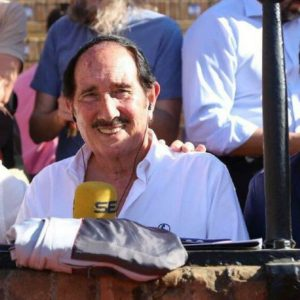 Dávila Miura prologuista del libro Como llora Sevilla el mas vendido de la historia de la Semana Santa de Sevilla