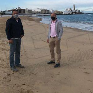 Lucas Díaz inspecciona las playas de Chipiona comprobando que no hay presencia de chapapote tras lo acaecido en Huelva