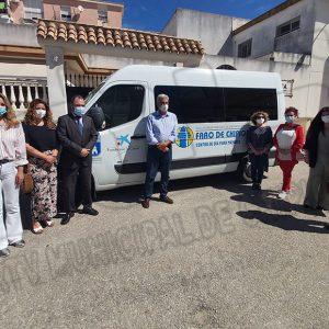 Presentado un nuevo vehículo para el servicio de transporte de los usuarios del centro de día de AFA Alzheimer 'Faro de Chipiona'