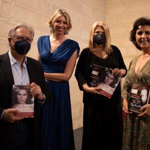 Dos grandes artistas, María José Santiago y Manuel Cerpa arropan a Marina Bernal en la presentación en Jerez de sus libros Soy Raphaelista y Canta, Rocío canta