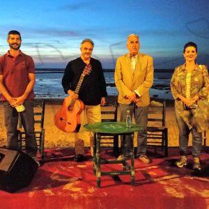 La cala del Molino acogió la presentación en Chipiona del disco de Juan Gómez 'Cuerdas al Aire' que estuvo repleta de público