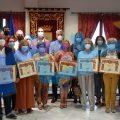 Nueve docentes jubilados este curso y el anterior recibieron ayer el homenaje de la comunidad educativa chipionera